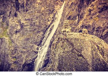 steine, stapel, und, wasserfall, in, berge, norwegen