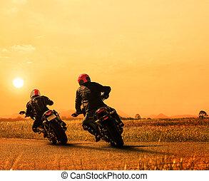 stellen, vriend, motorfietsruiter, biking, op, asfalt, snelweg, tegen, mooi, zon stel, hemel, gebruiken, voor, mensen, en, man, recreatie activiteiten, in, motorsport, en, het reizen, thema