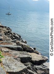 sten, kust, från, insjö, med, vatten, och, segelbåt, in, bakgrund