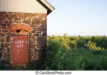 stenciled, dörr, ute, underteckna, rustik, hålla, röd