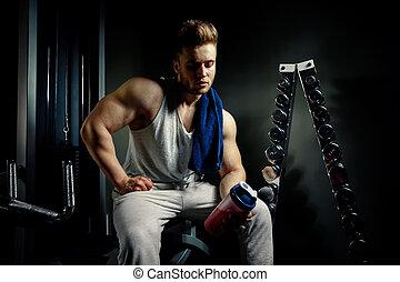 sterke, bodybuilder, atleet, met, proteïne, shaker, en, baddoek