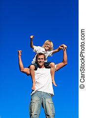 sterke, zittende , kind, vader, zijn, schouders