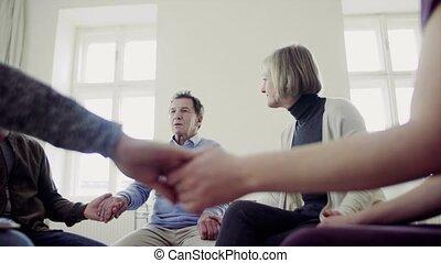 steunen, groep, zittende , andere., mannen, elke, gedurende,...