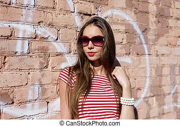 stijl, t-shirt, mode, het rusten, helder, buitenshuis, jonge vrouw , rood, mooi