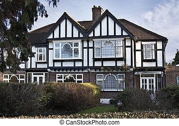 Stile tudor casa drammaticamente roofline mattone for Casa in stile ranch rialzato