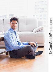 stilig, affärsman, sittande, golv