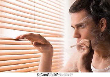 stilig, hålla ögonen på, ung, se, cigarett, genom, fönster, rökning, Hem, manlig,  man