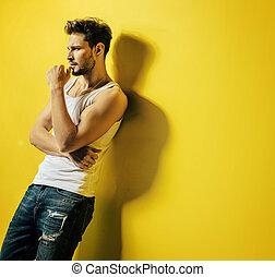 stilig, man, benägenhet på, den, lysande, gul, vägg