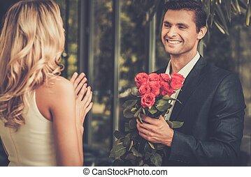 stilig, man, med, bukett av, röda strilmunstycke, datering, hans, dam