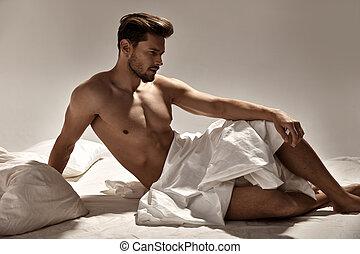 stilig, muskulös, man, framställ, på, den, mjuk, säng