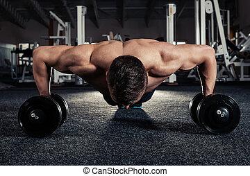 stilig, muskulös, man, gör, pushup, övning, med, hantel