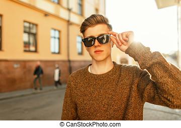 stilig, ung, stilig, hipster, man, med, solglasögon, hos, solnedgång