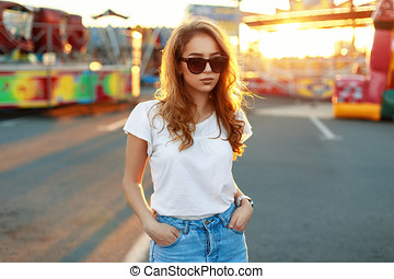 stilig, vacker, flicka, in, solglasögon, hos, solnedgång, bakgrund