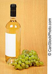 stilleben, -, flaska, av, vit vin, och, druvor, på, trä, yta