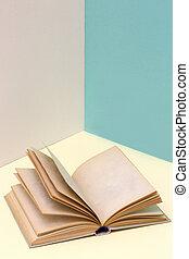 stilleben, med, en öppen bok, på, a, färgad fond