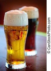 stilleven, met, een, wisselbrief, bier, door, de, glas.