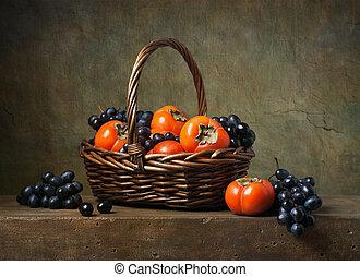 stilleven, met, persimmons, en, druiven, in, een, mand