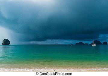 stillhet, hav, och, regn sky, framme av, a, tropisk, regna, den, båt, in i, den, hav, med, deflated, seglats