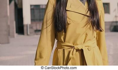 stilvoll, junges mädchen, in, a, gelber regenmantel, hut,...