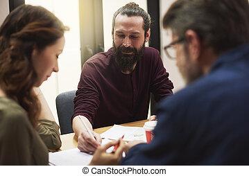 stilvoll, mann, arbeiten, büro, mit, mitarbeiter