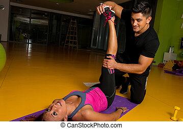 stiramento, donna, massaggiatore, gamba