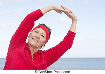 stiramento, donna, maturo, esercizio, oceano