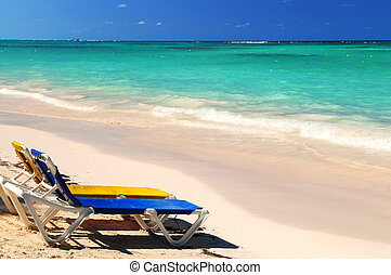 stoelen, op, zanderig, tropisch strand