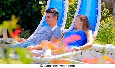 stoelen, wiegen, vrouw, jonge man