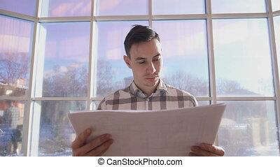 stoi, biuro, patrząc, okno, rysunki, tło, człowiek