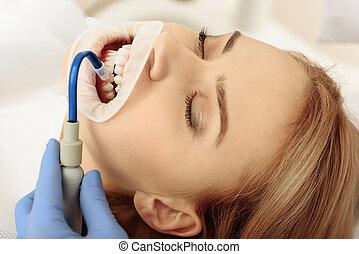 stomatologist, pôr, saliva, aspirador, em, cavidade oral, de, cliente