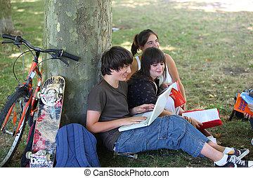 stopa, drzewo, nastolatki, posiedzenie