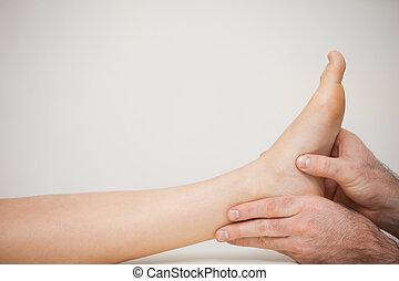 stopa, egzaminując, pacjent, pedicurzystka