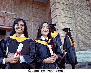 stopień, dostając, po, dwa absolwenta, indianin, kolegium, ładny, campus., szczęśliwy