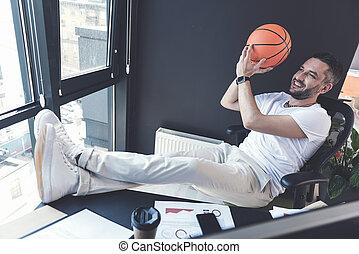stoppia, palla, seduta, sedia, gioioso, uomo
