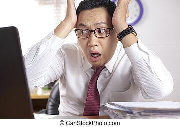 stordito, lavorativo, laptop, abbicare, asiatico, uomo affari, gesto