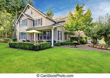 stort, beige, hus, med, grönt gräs