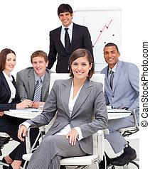 stoutmoedig, vrouwelijke baas, zittende , voor, haar, team