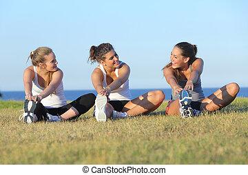 sträckande, grupp, efter, tre, sport, kvinnor