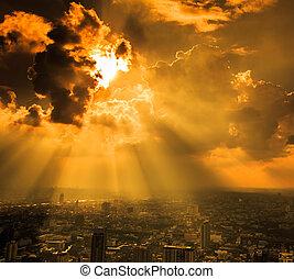 strålar av ljust, lysande, genom, skumma skyar, stad,...