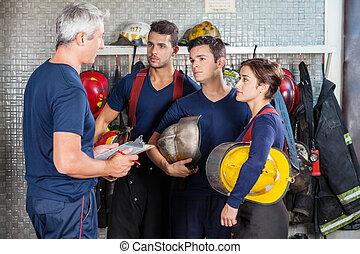 strażak, dyskutując, drużyna