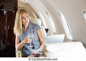 straalvliegtuig, businesswoman, particulier, het kijken, venster, door