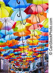 straat, verfraaide, met, gekleurde, umbrellas.
