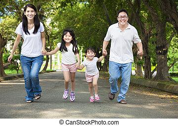 straat, wandelende, aziatische familie, vrolijke