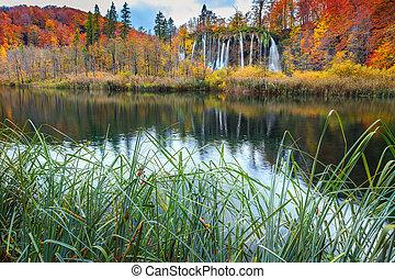 strabiliante, aututmn, paesaggio, con, cascate, in, plitvice, parco nazionale, croazia