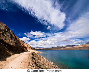 strada, andare, lungo, alto, lago montagna, sotto, blu, cielo nuvoloso