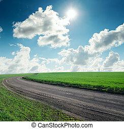 strada, in, erba verde, sotto, cielo nuvoloso, con, sole