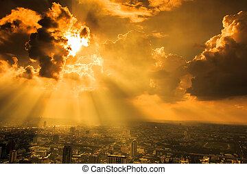 stralen van licht, het glanzen, door, donkere wolken, stad,...