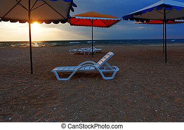 strand, lättingar, och, paraplyer, på, folktom, kust, hav, hos, sunset.