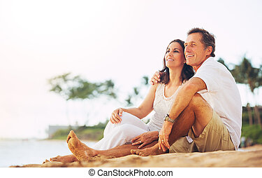 strand, paar, het genieten van, ondergaande zon , middelbare...