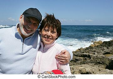 strand, paar, van middelbare leeftijd, boeiend, wandeling